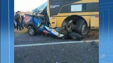 Acidente entre ônibus universitário e carro deixam 3 mortos em Independência - Saiba mais em g1.com.br/ce