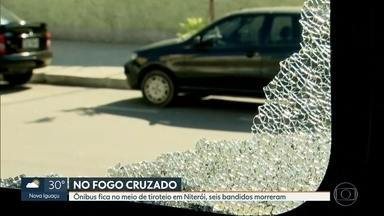 Ônibus com 38 passageiros fica no meio de tiroteio no acesso à Ponte Rio-Niterói - A polícia interceptou um grupo de bandidos que estava em dois carros. Eles reagiram dando início a intensa troca de tiros no bairro do Fonseca. Seis bandidos morreram e um policial e uma passageira do ônibus ficaram feridos.