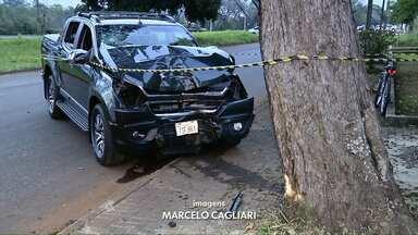 Motorista perde controle da direção e carro bate em árvore na Vila A - O acidente foi ontem à tarde.