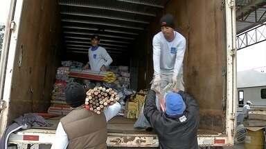 Povo das Águas entrega ajuda humanitária a ribeirinhos de Corumbá - Ajuda vai ser entregue de barco.