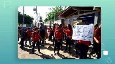 Estudantes da Escola Estadual José de Anchieta fizeram um protesto, no AP - Alunos não entraram nas salas e ficaram em frente ao prédio, por causa do calor, as turmas ficam nos corredores e em salas administrativas por falta de climatização