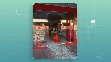 Assaltante tenta roubar farmácia no Shangrilá em Manaus - Ladrão utilizou pedaço de madeira para conseguir quebrar a porta de vidro.