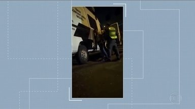 Corregedoria da Polícia Militar prende dois policiais e afasta outros oito do trabalho - Um vídeo que circula nas redes sociais mostra esses PMs agredindo ambulantes na rua Frei Caneca, na Bela Vista.