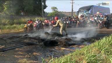 Por segurança, moradores da Vila Funil protestam na BR-135 - No fim de semana, um mototaxista foi morto no bairro e os moradores afirmam que viveram momentos de pânico.