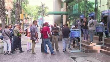 Venezuelanos enfrentam longas filas para sacar dinheiro após mudança de moeda - Bolívar soberano tem cinco zeros a menos e está embaralhando a cabeça dos venezuelanos. Oposição convocou greve nacional para rejeitar as medidas econômicas.