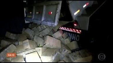 Cerca de quatro toneladas de maconha é apreendida em SP - Apreensão feita pela Polícia Rodoviária Federal aconteceu em Cajati. O motorista que conduzia a droga foi preso.