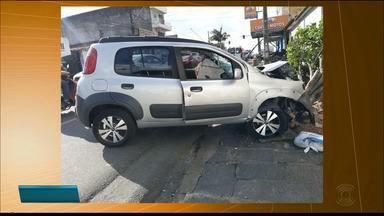 Carro invade calçada e atropela dois irmãos em Campina Grande - Um dos homens passou por cirurgia e o estado de saúde dele é grave.