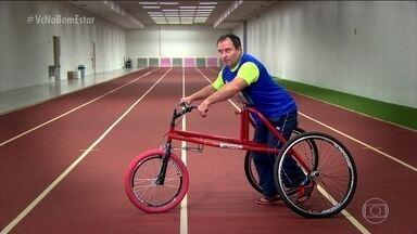 Bicicleta adaptada dá mobilidade para deficientes físicos e idosos com risco de cair - Três rodas, selim mais alto. A bicicleta dá mobilidade. Não tem mais desculpa para não pedalar.