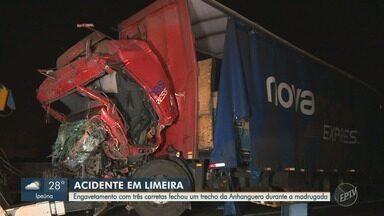 Engavetamento com três carretas causa lentidão na Anhanguera, em Limeira - Rodovia precisou ser interditada no sentido interior para socorro das vítimas e retirada dos caminhões.