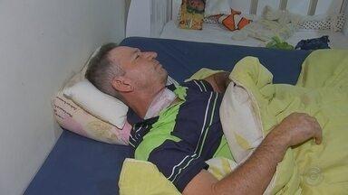 Motociclista atingido por linha com cerol leva 19 pontos no pescoço em Araçatuba - Um motociclista de 53 anos levou 19 pontos no pescoço depois de ser atingido por uma linha de pipa com cerol na Avenida Dois de Dezembro, em Araçatuba (SP), na noite desta terça-feira (21).