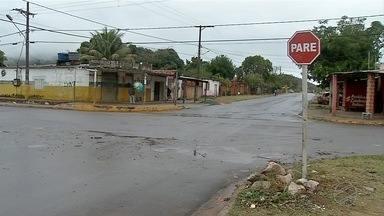 Agetrat instala sinalização em cruzamento perigoso no Loteamento Pantanal, em Corumbá - Órgão estuda agora a construção de uma rotatória no local.