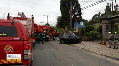 Carro em alta velocidade causa dois acidentes em Porto Alegre e deixa uma mulher morta - Todos os motoristas ficaram feridos e foram encaminhados para atendimento médico.