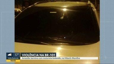 Arrastão termina com motorista baleado, na Niterói-Manilha - Um arrastão terminou com um motorista baleado, na Niterói-Manilha, perto de São Gonçalo, nessa noite. O homem voltava para casa com a esposa e a sogra quando bandidos atravessaram um carro na pista.