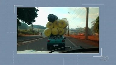 Motorista é flagrado transportando carga gigante em teto de carro em Goiânia - Flagrante foi enviado pelo aplicativo Quero Ver na TV (QVT).