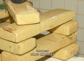 Homens foram presos com 10 quilos de maconha - A droga foi apreendida durante uma operação das polícias civis e militar.
