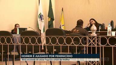 Homem que matou a esposa queimada está sendo julgado em Francisco Beltrão - Ele está respondendo pelo crime de feminicídio