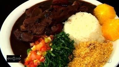 Veja receita de feijoada que faz sucesso em restaurante de Goiânia - Prato é ensinado pelo Chef Valdenor, namorado da dona do estabelecimento.