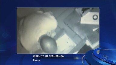 Câmera flagra furto de loja de parafusos em Bauru - A polícia investiga o furto de uma loja de parafusos nesta quarta-feira (22) no centro de Bauru (SP). As imagens captadas pela câmera de segurança mostram o criminoso no caixa da loja. Sem se preocupar em ser identificado, ele abre o caixa e rouba R$2 mil. O alarme da loja dispara e ele foge levando o dinheiro.