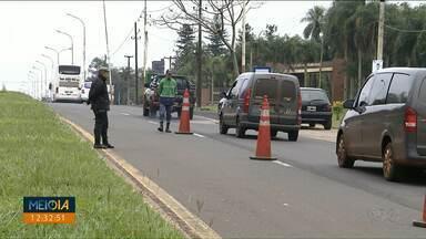 Turistas reclamam de taxa cobrada na Argentina - Policiais fazem blitz e exigem que turistas paguem por uma taxa.