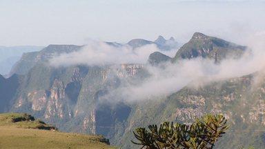 Globo Repórter – Serra Catarinense, 24/08/2018 - Programa embarca numa expedição a 1.800 metros de altura, numa região repleta de monumentos naturais e de cânions grandiosos.