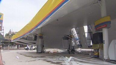 Rajadas de vento de quase 90 km/h derrubam marquise e causam transtornos na região - Marquise de um posto de combustíveis caiu em Santos. Ninguém ficou ferido.