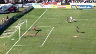 Cleyton lança Lucas Batatinha, que bate cruzado e a bola passa à direita - Cleyton lança Lucas Batatinha, que bate cruzado e a bola passa à direita