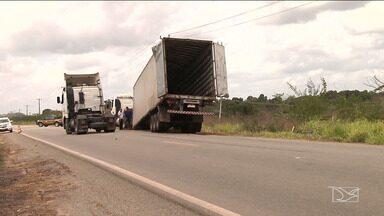 Acidente com carreta é registrado na BR-316 no Maranhão - Acidente que aconteceu no domingo (26), na zona rural da cidade de Satubinha, pode ter sido provocado por ondulações na pista.