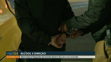 Motorista de aplicativo é preso suspeito de dirigir bêbado em Curitiba - Ele foi flagrado dormindo dentro do carro em avenida da capital.