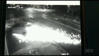 Carro perde controle e invade uma vidraçaria em Maringá - Câmeras de segurança flagraram o momento em que o veículo passou pelas ruas antes de bater
