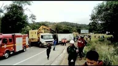 Acidente com pacientes em tratamento médico deixa quatro mortos em Minas - Ônibus foi fretado pela prefeitura de Araçuaí e levava os pacientes até Belo Horizonte.