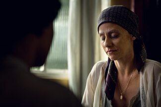As vozes - Glória vê a doença avançar e Mira convence Stela a depor. Daiane é outra vítima de Roger. Carolina abandona o marido.
