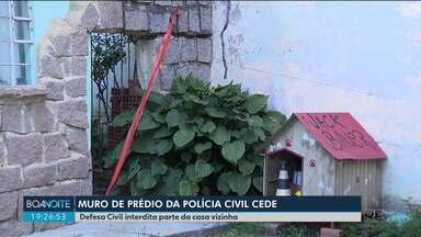 Muro de prédio que pertence a Polícia Civil cede e preocupa moradores - Parte da casa ao lado foi interditada pela Defesa Civil de Curitiba.