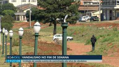Unidade de saúde e pista de caminhada são alvo de vândalos em Ponta Grossa - A unidade de saúde do Bonsucesso foi invadida no último sábado (25). Torneiras e vidros foram quebrados. E vândalos quebraram também as luminárias da pista de caminhada em Olarias.