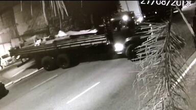 Ladrões invadem estação do metrô e roubam cabos de cobre avaliados em R$ 300 mil - Câmeras de segurança gravaram ação que durou duas horas. Bandidos usaram caminhões. Ninguém foi preso.