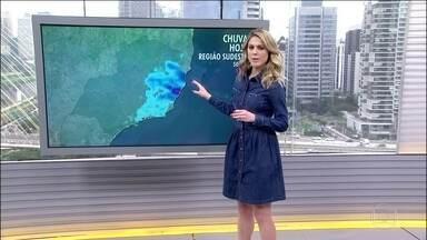 O frio vai embora do Sul e do Sudeste, mas tem risco de chuva forte no Espírito Santo - O sistema de alta pressão está no oceano e agora empurra o vento úmido e frio em direção ao Espírito Santo e ao litoral baiano. Pode ventar forte na Bahia. O tempo fica fime no Sul, no Sudeste e no Centro-Oeste.