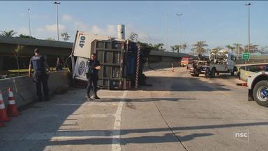 Tombamento de caminhão complica trânsito na entrada de Florianópolis - Tombamento de caminhão complica trânsito na entrada de Florianópolis