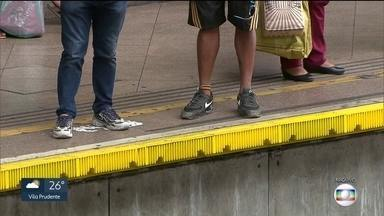Nos últimos 3 anos, quase 3 mil pessoas caíram nos vãos entre o trem e plataformas da CPTM - O SP1 conseguiu o balanço com exclusividade. Esse tipo de acidente é mais comum do que se imagina. Na manhã desta quinta (30),o Globocop registrou o resgate de uma passageira na estação Osasco.