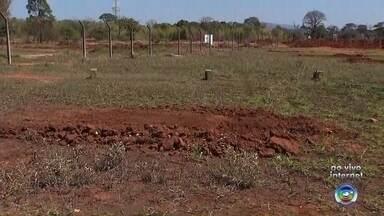 Trabalhos de aterramento começam em área de garimpo ilegal em Sorocaba - Começou o trabalho de aterramento da área que virou um garimpo de chumbo na antiga fábrica da Saturnia, em Sorocaba (SP).