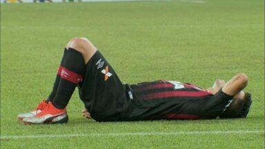 Marcinho sente o tornozelo e é substituído no Atlético-PR contra o Vasco - Marcinho sente o tornozelo e é substituído no Atlético-PR contra o Vasco