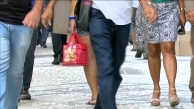 Quase 13 milhões de brasileiros continuam em busca de emprego, segundo IBGE - O número de pessoas em busca de emprego é maior do que a população de São Paulo. A taxa de desemprego foi divulgada nesta quinta (30) pelo IBGE.