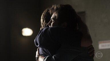 Valentim conta a Beto que Luzia foi inocentada - Valentim conta a Beto que Luzia foi inocentada