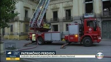 Bombeiros trabalham tentando identificar focos de incêndio no Museu Nacional - Bombeiros trabalham no rescaldo do incêndio que destruiu o Museu Nacional, na Quinta da Boa Vista.