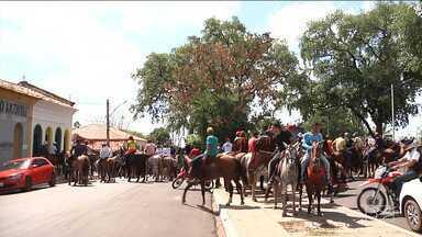 Fiéis participam de homenagens a São Raimundo Nonato em Codó - Dezenas de cavaleiros foram para as ruas da cidade num desfile que chamou atenção de quem passava no local.