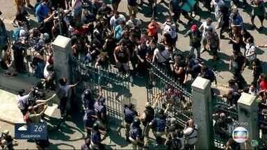 Manifestantes tentam abrir portões da Quinta da Boa Vista - A área está interditada para o trabalho dos bombeiros, já que ainda há risco de desabamento. Manifestantes planejavam fazer um abraço ao Museu Nacional.