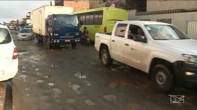 Buracos dificultam trânsito em avenida entre São Luís e São José de Ribamar - Avenida é o principal acesso ao hospital Socorrão II e a vários bairros. Por isso, o tráfego é intenso, o que complica mais a situação.
