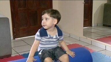 Menino com doença rara começa tratamento com remédio importado, no Sul do ES - Ele sofre de atrofia muscular e o remédio tem trazido avanços para o tratamento da doença.