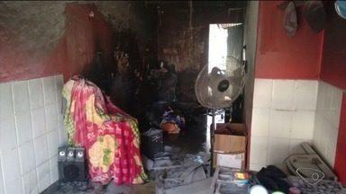 Ponto comercial fica totalmente destruído por incêndio em Linhares, ES - Homem precisou ser levado para o hospital.