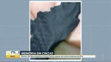 Pedaços de documentos queimados foram encontrados em vários bairros do Rio - Os fragmentos dos documentos foram levados pelo vento durante o incêndio do Museu Nacional. Moradores mandaram fotos e vídeos destes documentos queimados.