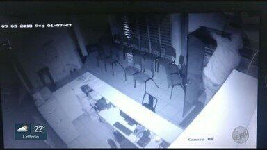 Ladrões furtam televisões de escola profissionalizante de cabeleireiros em Franca, SP - Imagens de câmeras de segurança flagraram o momento do crime.