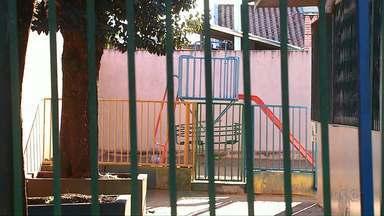 Criança tem parte do dedo amputado ao brincar em parquinho de escola - Falta de manutenção no brinquedo teria sido a causa do acidente